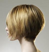 Parrucchiere che taglia i capelli con la katana