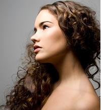 capelli ricci lunghi marroni