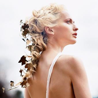 capelli ricci sposa con coda