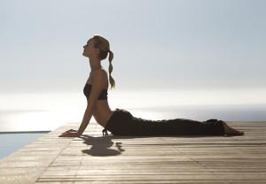 Yoga spiaggia - Posizione del Cobra